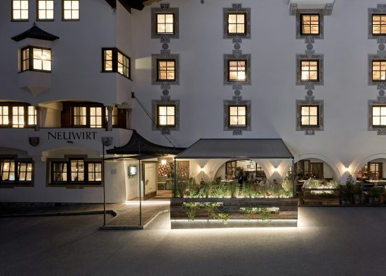 Aussenansicht des Restaurant Neuwirt bei Nacht mit Lichtern auf der Terrasse