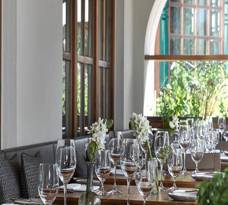 Terrasse im Neuwirt eingedeckt und liebevoll mit Blumen dekoriert